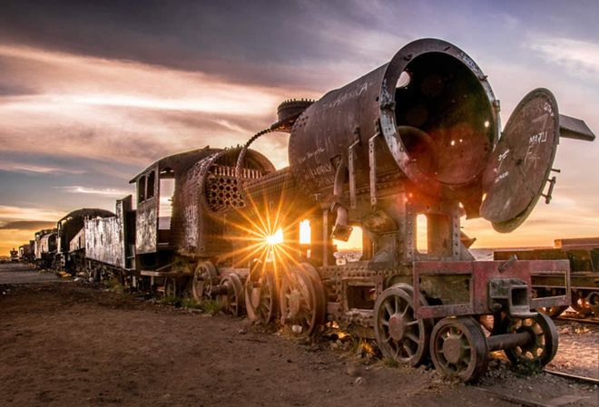 Поезда стоят на дне высохшего озера