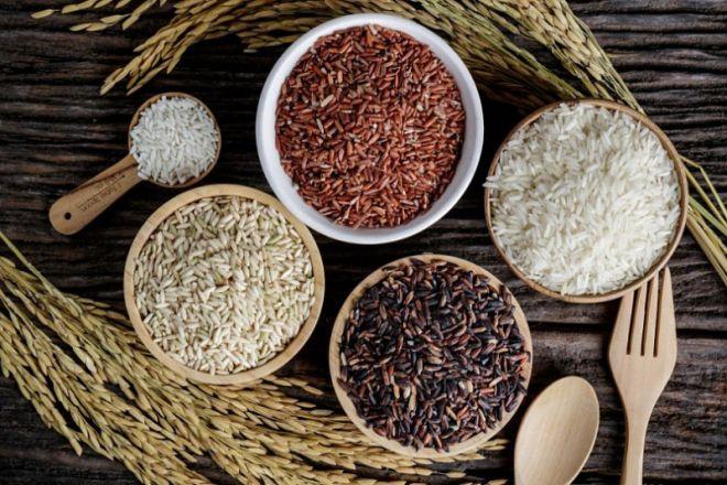 Разноцветный злак коричневый, бурый и красный рис
