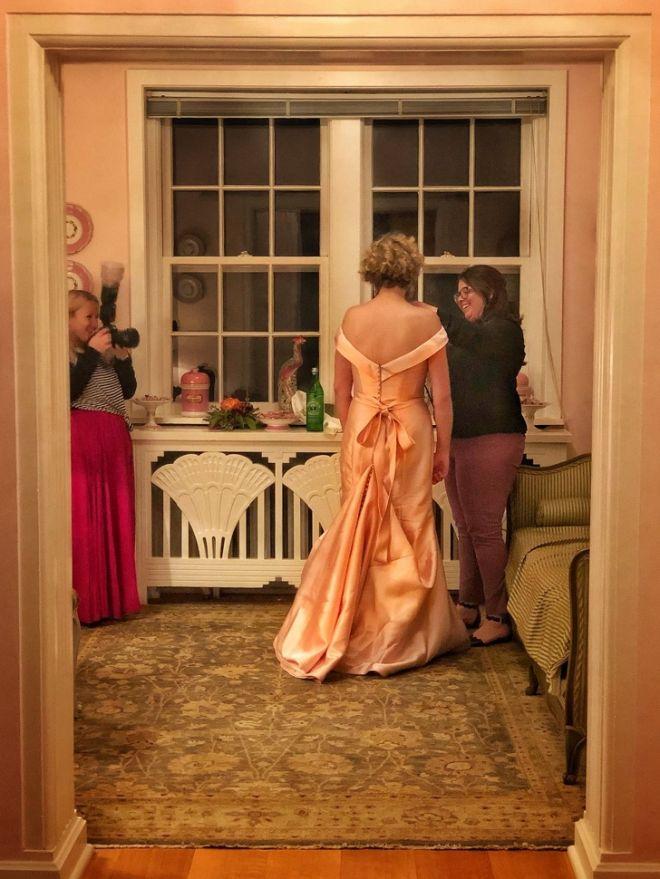 Чистят платье