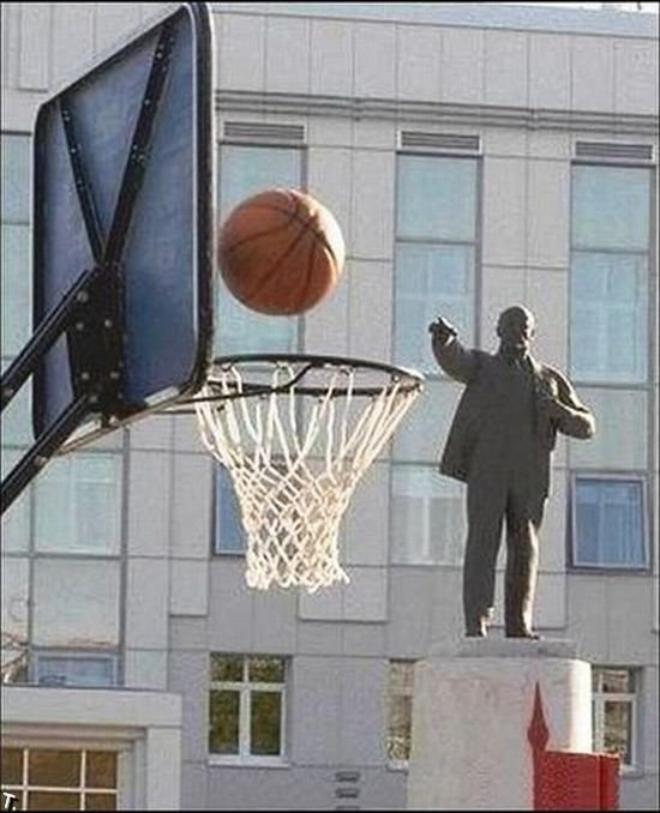 Мяч и памятник