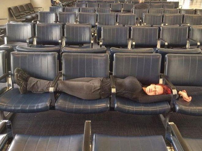 Спит между поручней
