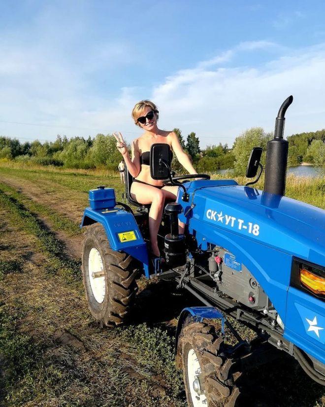Кто сказал, что управлять трактором могут только мужчины