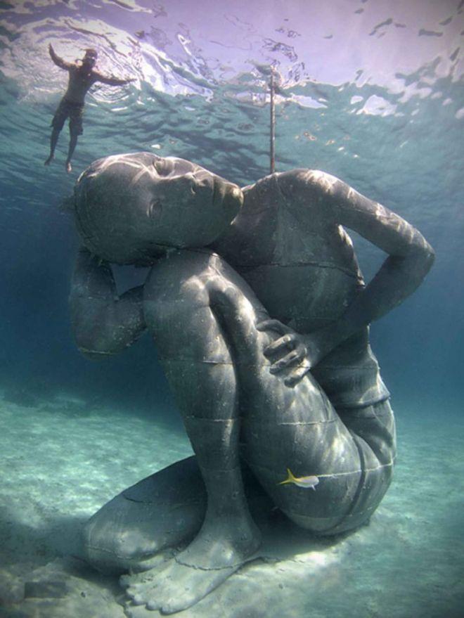 Вот такая статуя была обнаружена на глубине океана
