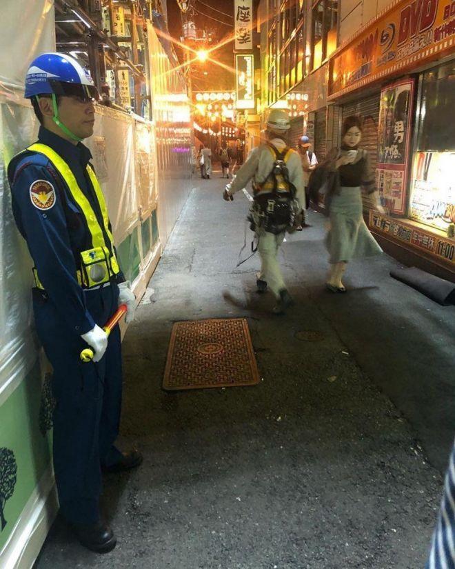 Полицейские в Токио больше похоже на больших футуристических манекенов