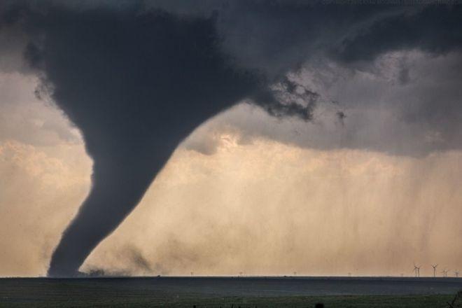 Это гигантский торнадо в США