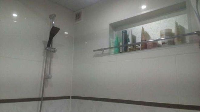 25. Есть в ванной странное окно под потолком