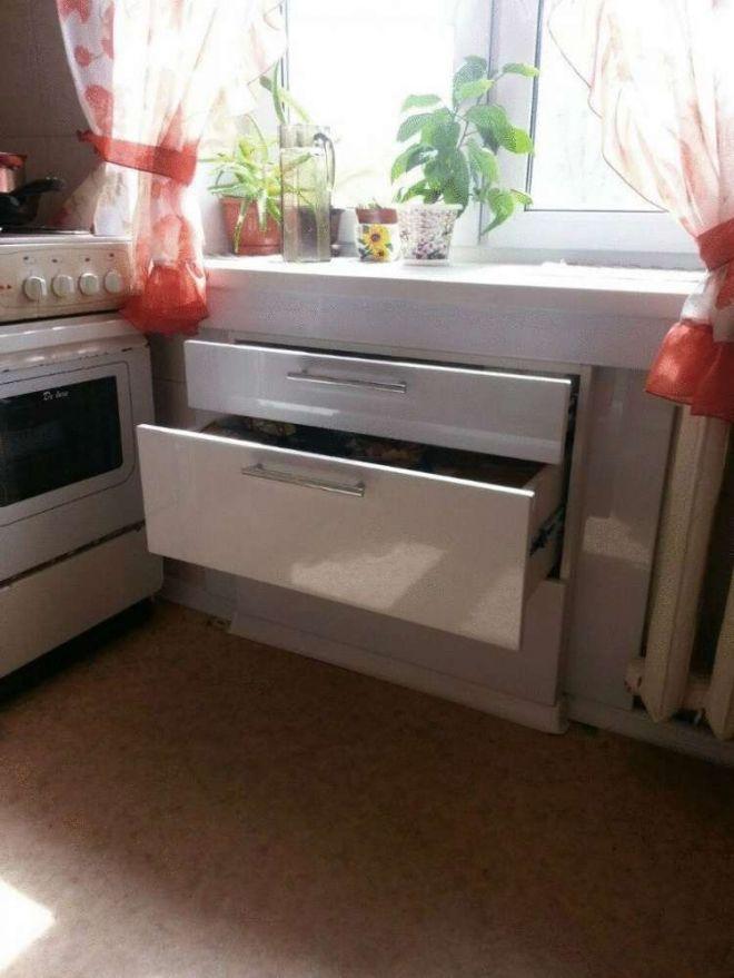 27. А это целый шкаф под подоконником на кухне