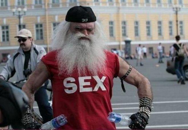 3. Этот дедушка уверен в своей сексуальности
