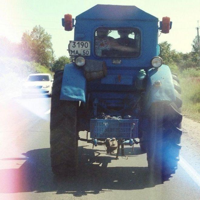 Судя по этому снимку, трактор можно использовать не только по назначению