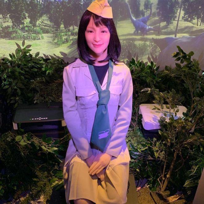 В японских домах вахтер - это милая девушка-робот