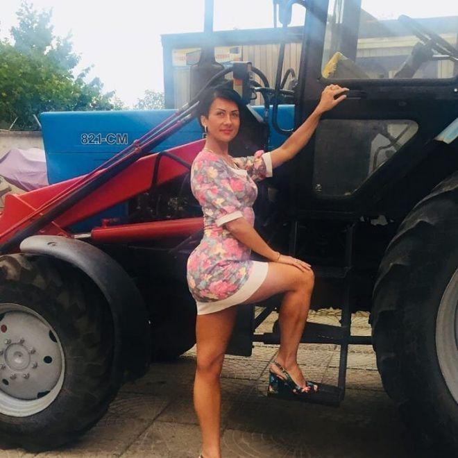 Что может быть более эротично, чем красотка в мини-платье рядом с трактором