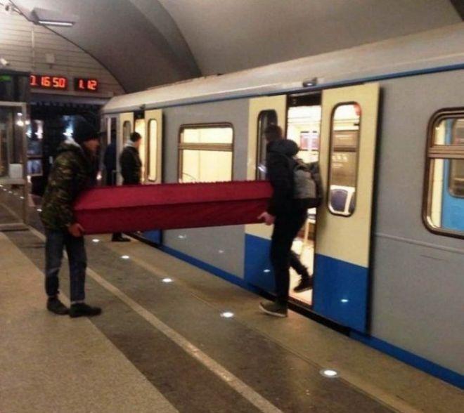 7. Не часто увидишь, чтобы гроб перевозили в метро