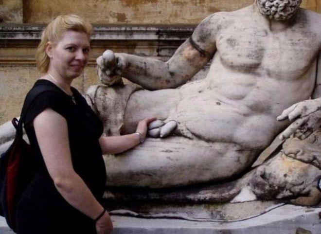 Судя по всему, как отполировано «то самое место» у статуи