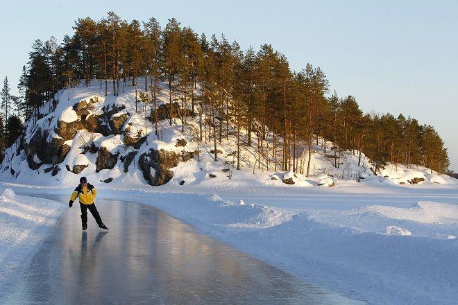 Катание на коньках по замерзшему озеру