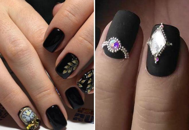 manikir u crnoj boji sa kamenčićima