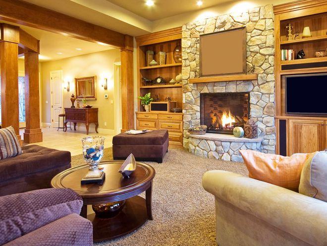 Дизайн зала в доме - интерьер гостиной с камином, оформление гостиной-столовой