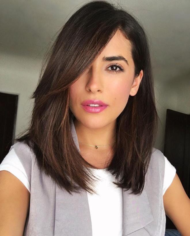 schräg auf mittelbraunes Haar