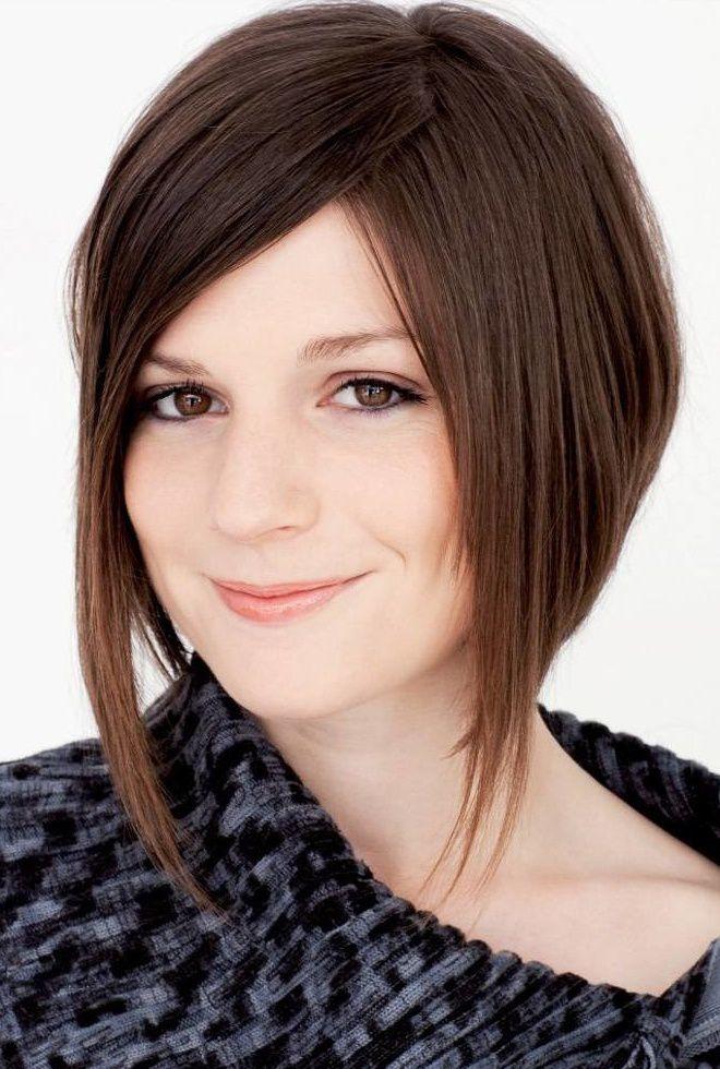 Coupes de cheveux pour les cheveux moyens pour les temps de visage rond