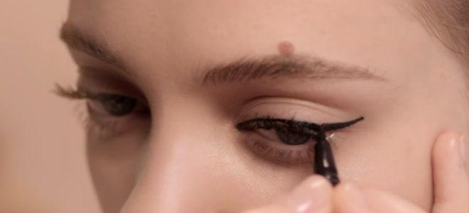Comment dessiner des flèches avec eye-liner pour les débutants quatrième étape