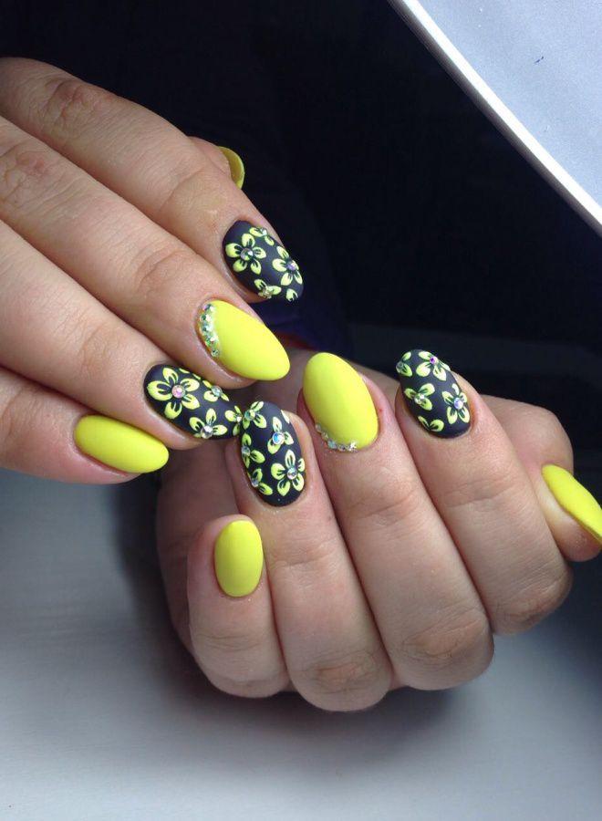 Manicura amarilla brillante cinco