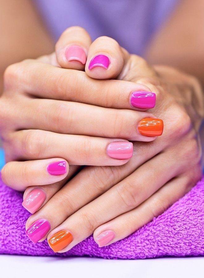 Manicura rosa brillante una vez