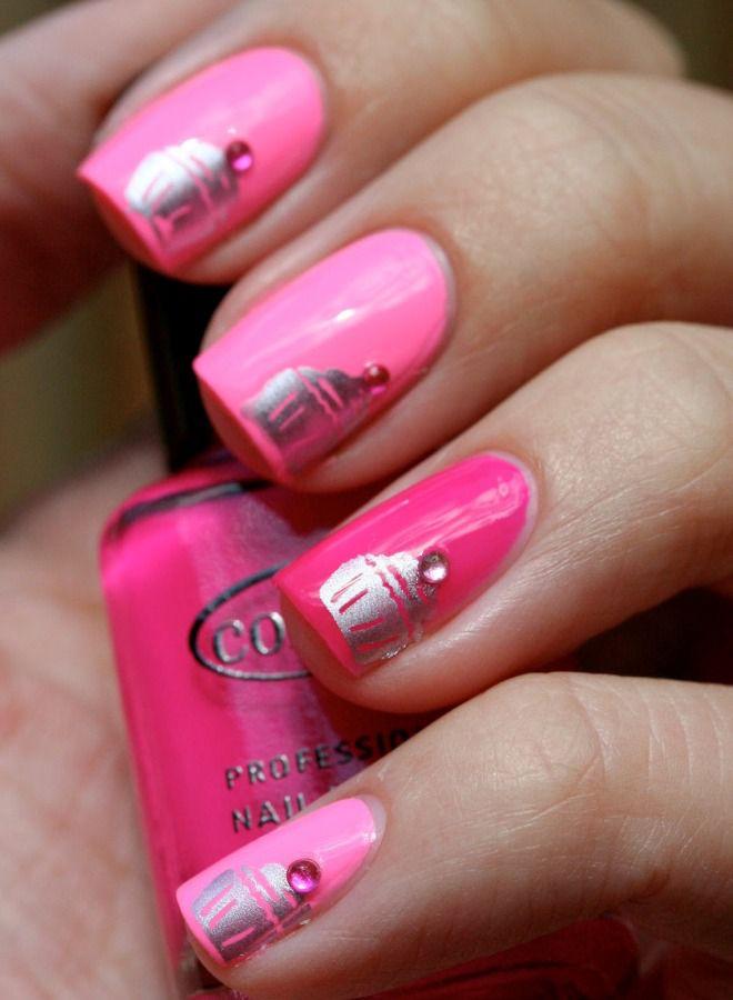 Manicura rosa brillante tres