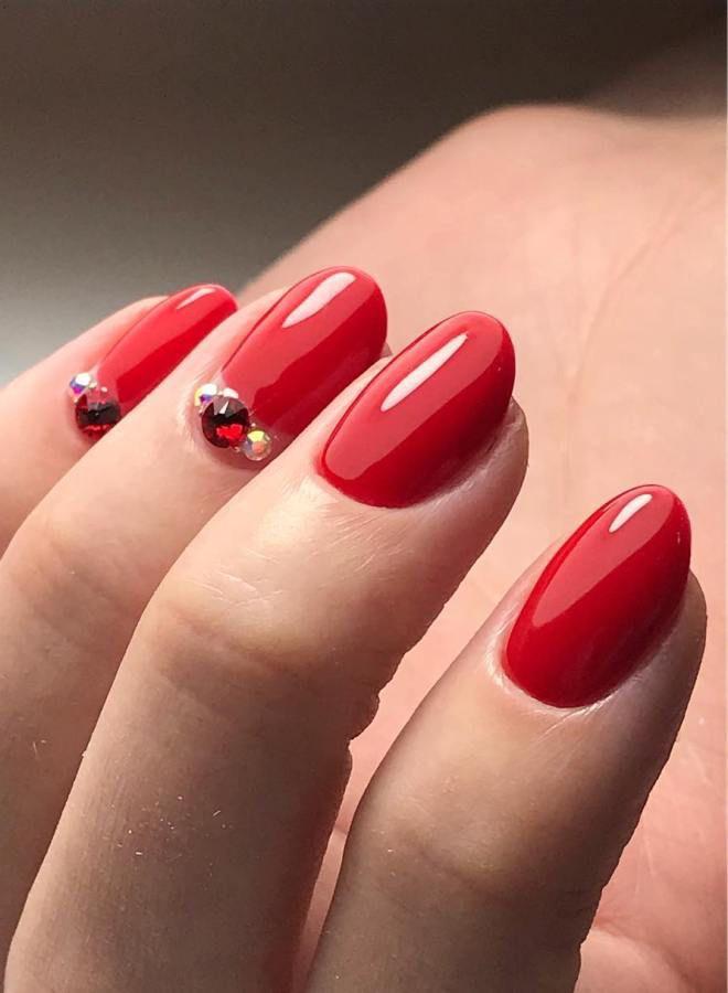 Manicura rojo brillante cuatro