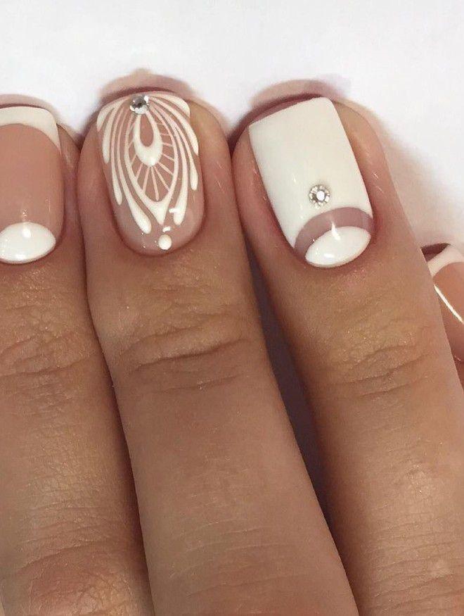 manicura blanca suave con un diamante de imitación