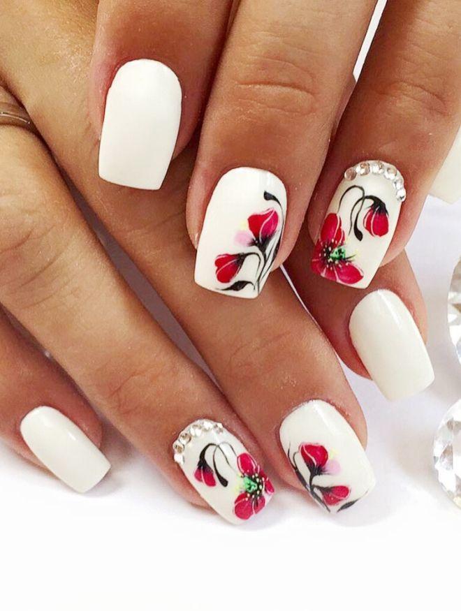 delicadas flores de manicura blanca