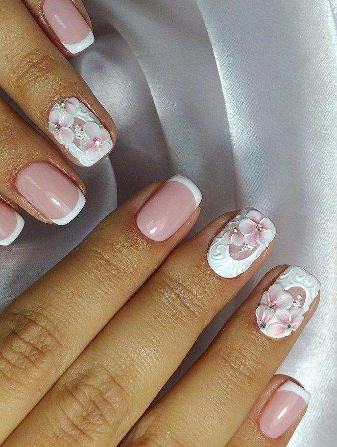 Manicura suave con flores modelado blanco.