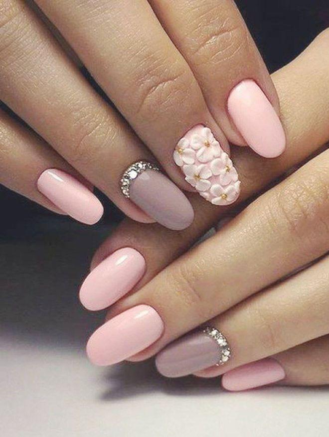 Manicura suave con flores modelando rosa.