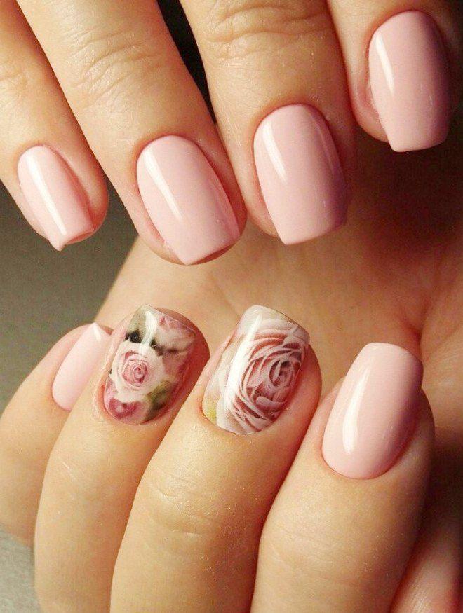 Manicura suave con estampado de flores.
