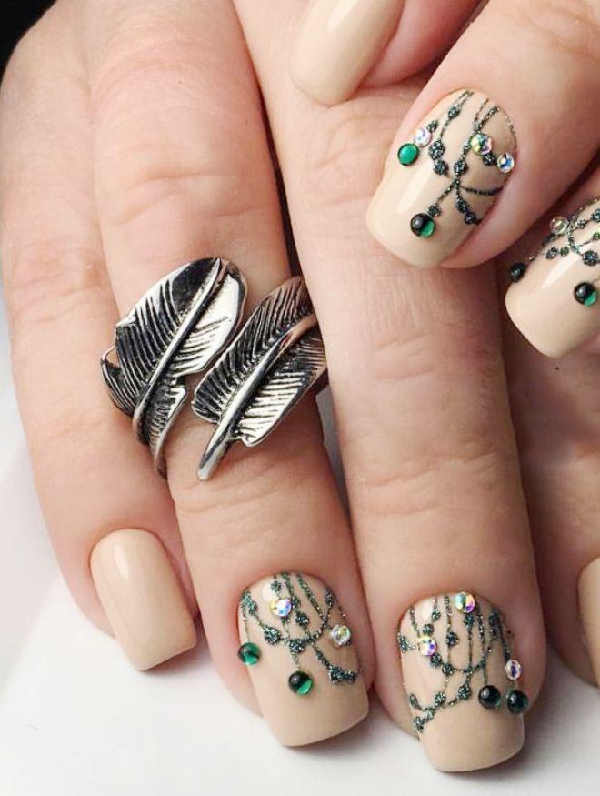 manicura suave en uñas cortas colgantes