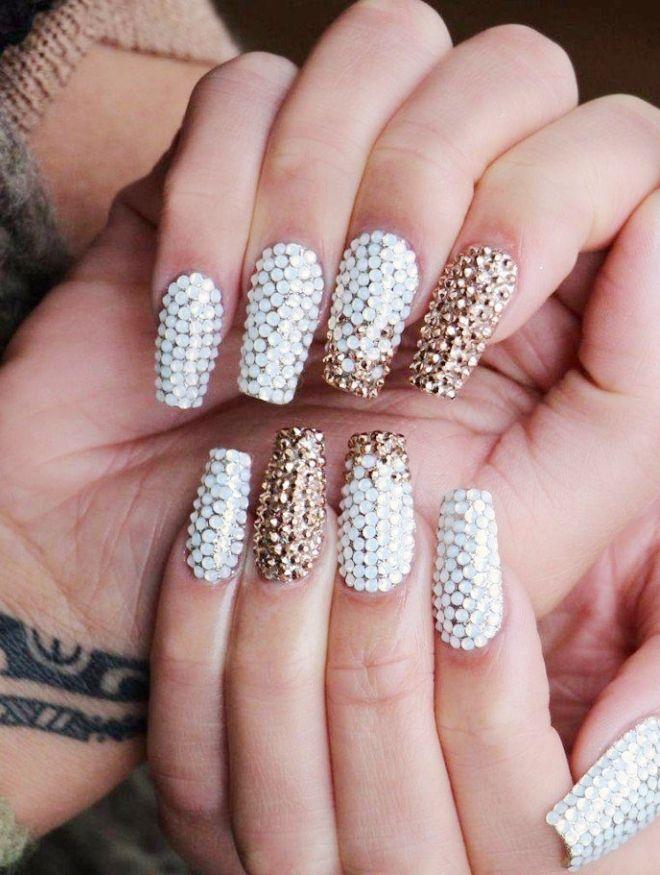 Manicura suave en uñas largas pedrería.