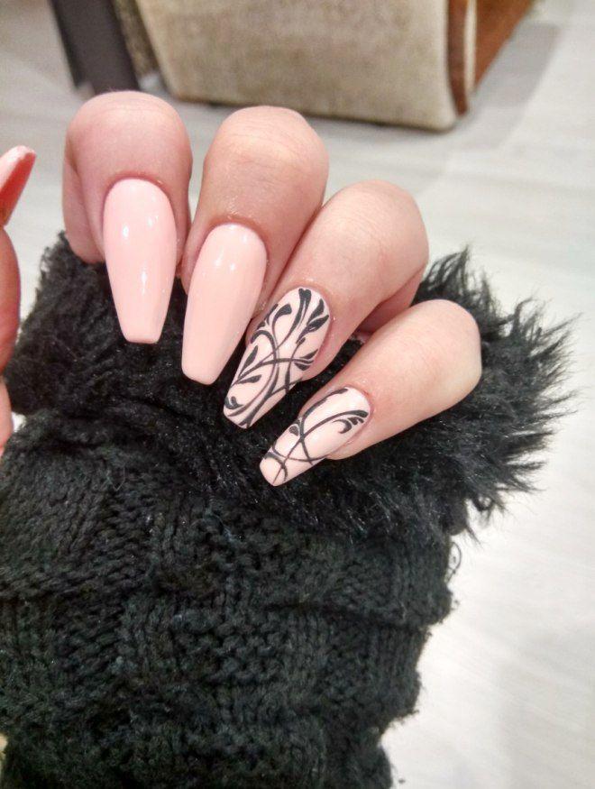 Manicura suave en uñas largas.