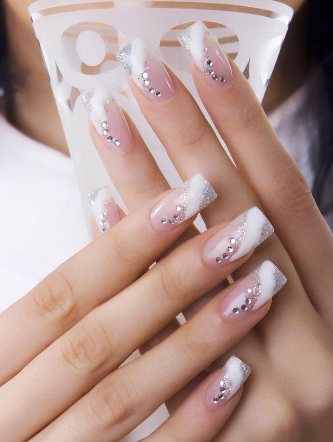 Manicura suave en uñas largas francesas.