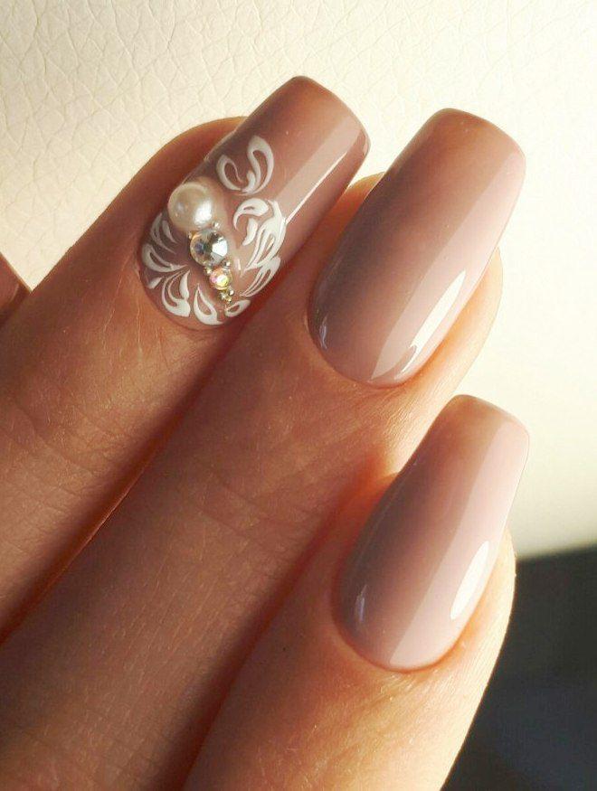 Manicura suave en uñas largas acento.