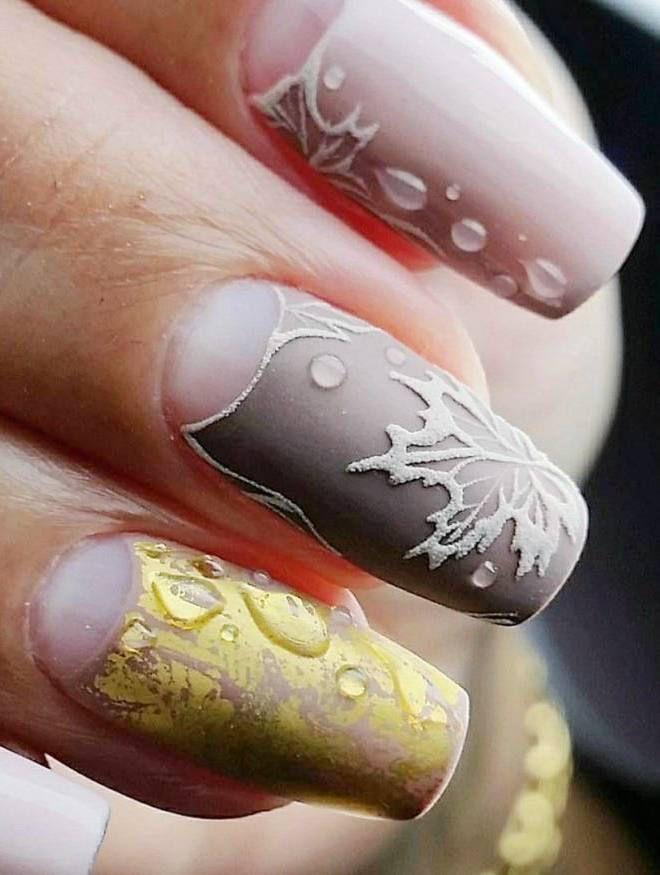 Manicura suave en uñas largas. Hoja de arce.