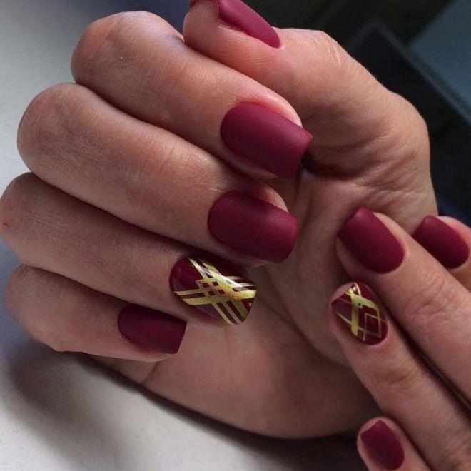Маникюр бордовый с золотом три