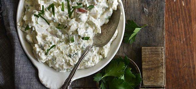 крабовый салат с чесноком и сыром