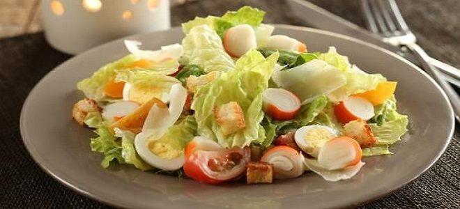 салат с крабовыми палочками сыром и сухариками