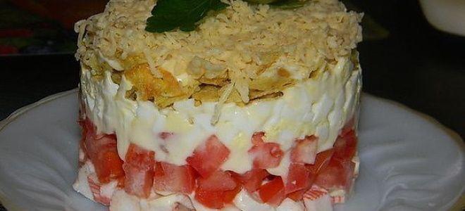 салат с крабовыми палочками и помидорами слоеный