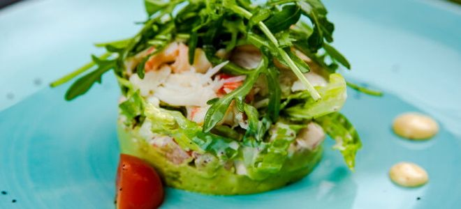 салат с мясом криля и авокадо