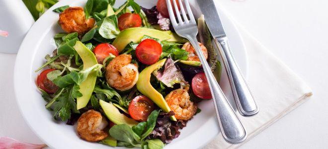 теплый салат с авокадо и креветками
