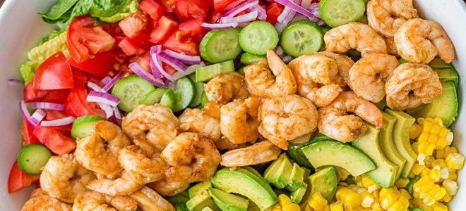 овощной салат с креветками и авокадо