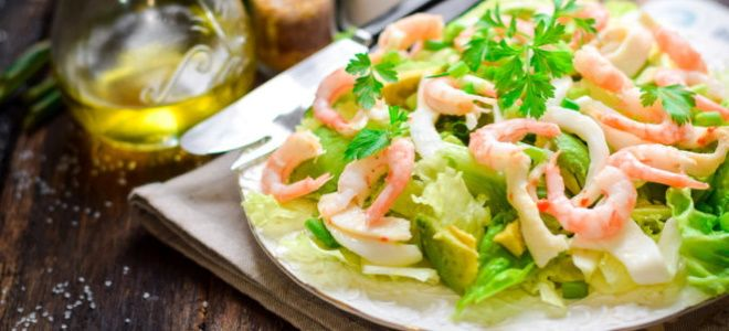 салат с креветками кальмарами и авокадо