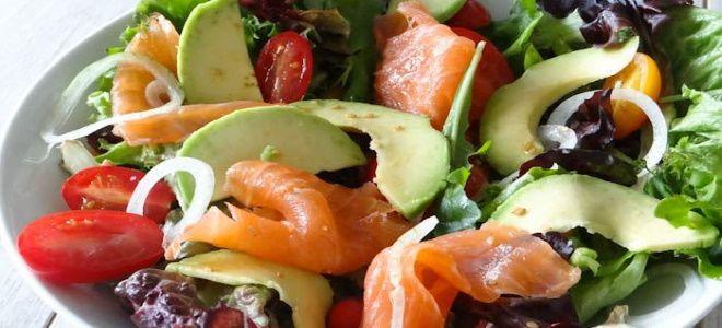 салат с красной рыбой креветками и авокадо