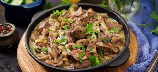 куриная печень в сметане с луком и грибами