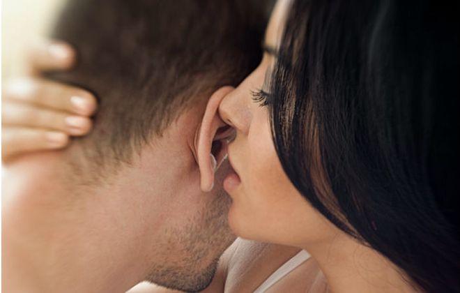 поцелуи в ухо