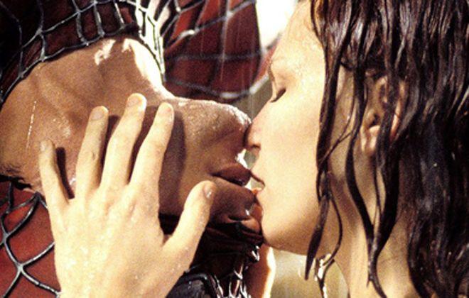 поцелуй человек паук